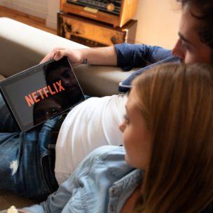 Paar auf der Couch beim Netflix gucken