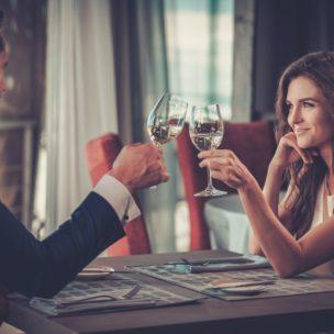 Pärchen beim Weintrinken